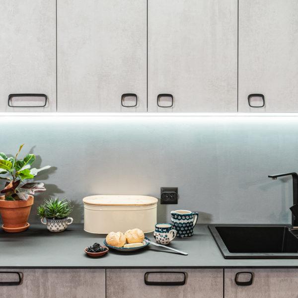 Kuchenne fronty z płyty Ares o strukturze i rysunku betonu zastosowane w kuchn