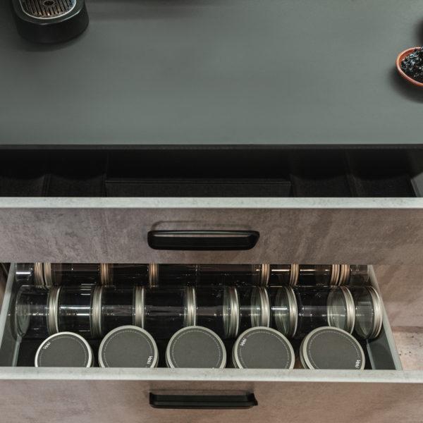 czarny cienki blat kompaktowy z105 Forner zastosowany w kuchni