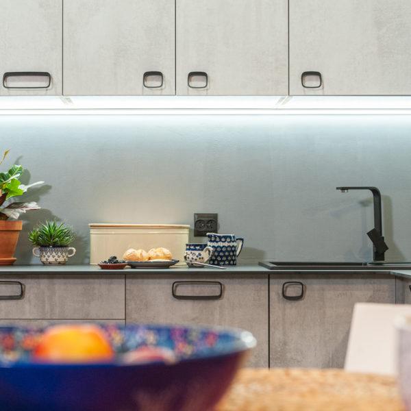 Fronty z płyty Ares o strukturze i rysunku betonu zastosowane w kuchn