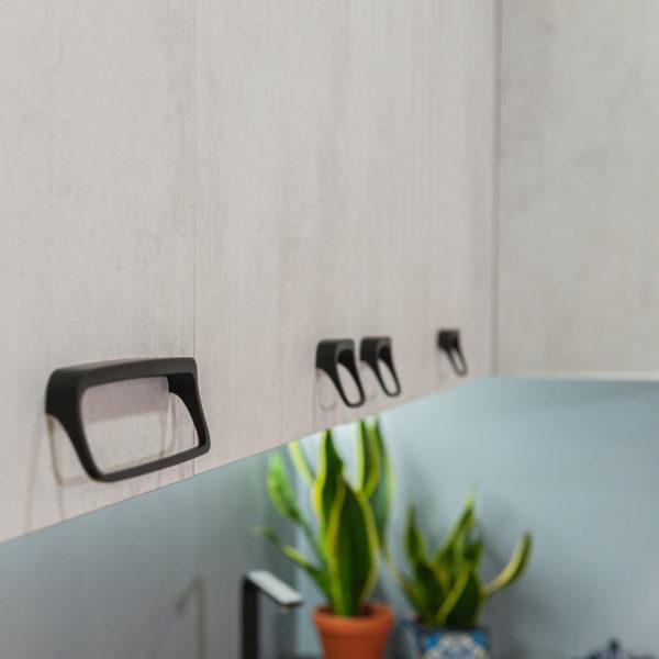 Fronty kuchenne z płyty Ares o strukturze i rysunku betonu zastosowane w kuchn