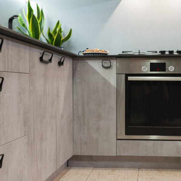 płyty Ares o strukturze i rysunku betonu zastosowane w kuchni na fronty