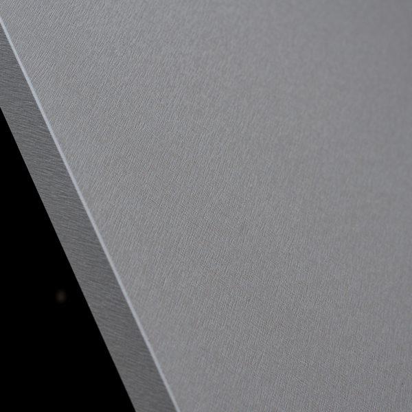 obrzeże i powierzchnia płyty meblowej Cleaf Idea FB82 Tellurio - efekt szczotkowanego aluminium