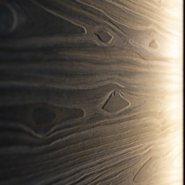 długie, przerośnięte słoje drewna na płycie meblowej Cleaf Okobo Forner