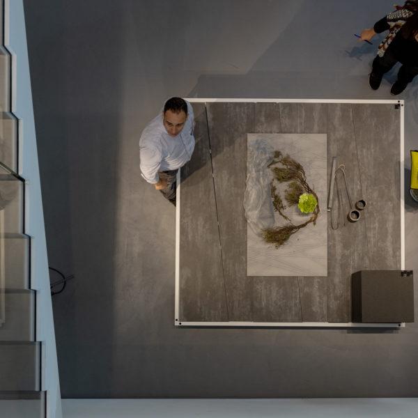 ekspozycja płyt meblowych o strukturze i wzorze betonu w showroomie Cleaf