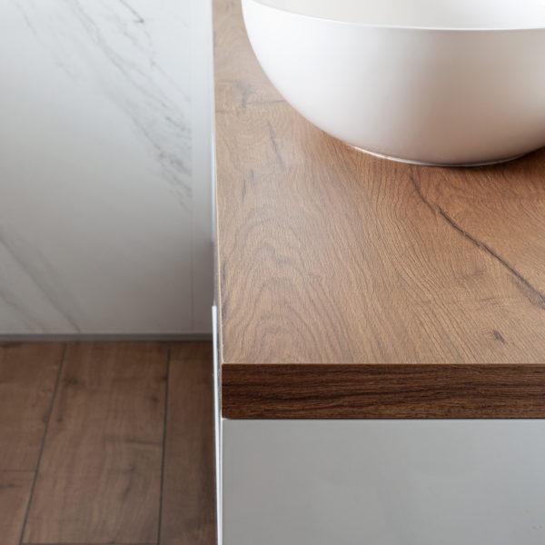 meble do łazienki o rysunku i strukturze drewna - blat z płyty meblarskiej Sable LR34 od Forner