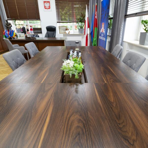 stół konferencyjny wykonany z płyty Forner Yosemite S013