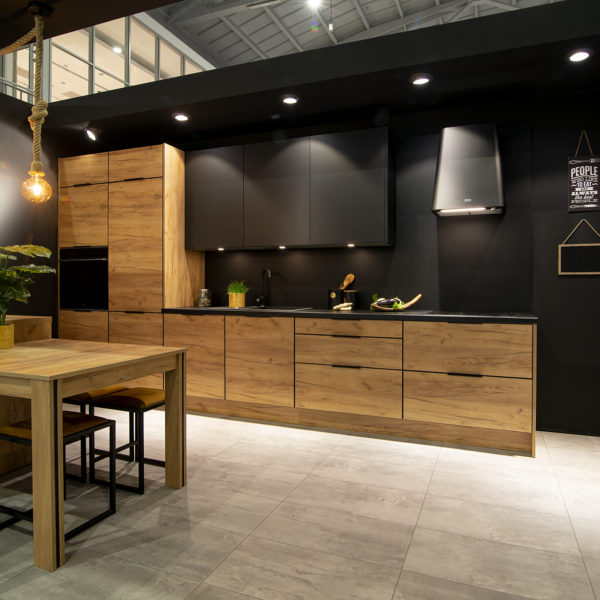 czarna kuchnia z matowymi frontami Velvet 7322 i frontami drewnianymi