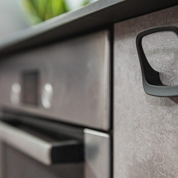 Front kuchenny z płyty Ares o strukturze i rysunku betonu