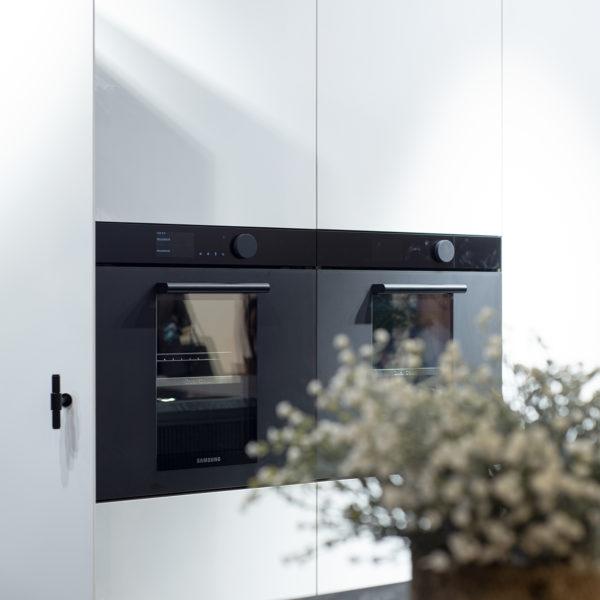 kuchnia z białym matowym cienkim blatem kompaktowym zastosowanym jako fronty - Forner Z108 biały głęboki mat