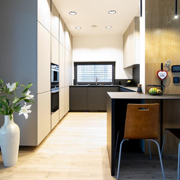 kuchnia z cienkim blatem kompaktowym i matowymi frontami meblowymi - Forner Velvet 7358 kolor piaskowy i Forner Velvet 7322 w kolorze czarnym