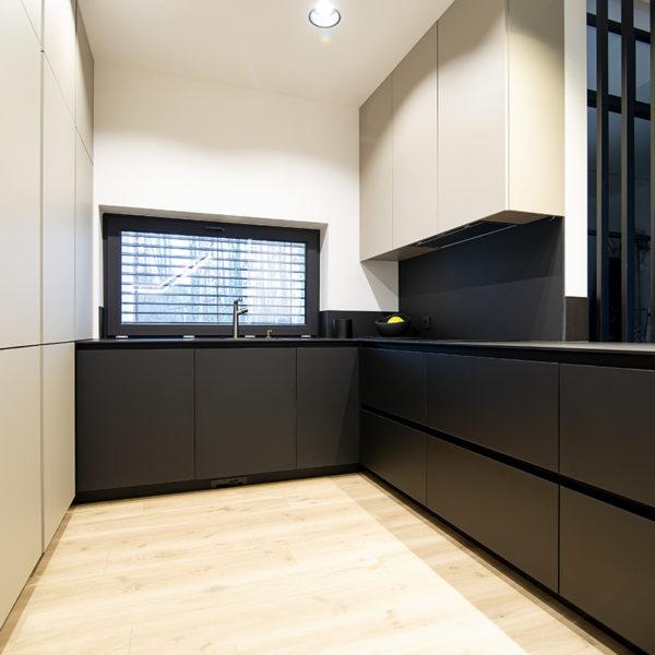 kuchnia z matowymi frontami meblowymi - Forner Velvet 7358 kolor piaskowy i Forner Velvet 7322 w kolorze czarnym