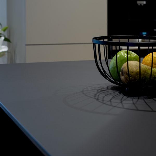 HPL Compact zastosowanie - czarny blat kompaktowy forner w kuchni