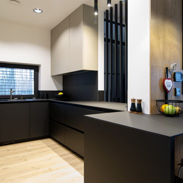 kuchnia w matowym wykończeniu - matowe fronty meblowe Velvet w kolorze piaskowym 7358 i w kolorze czarnym 7322 oraz cienki blat kompaktowy Z105 w czarnym głebokim macie