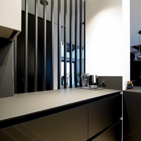 czarny hpl compact o grubości 1cm i matowym wykończeniu zastosowany w kuchni