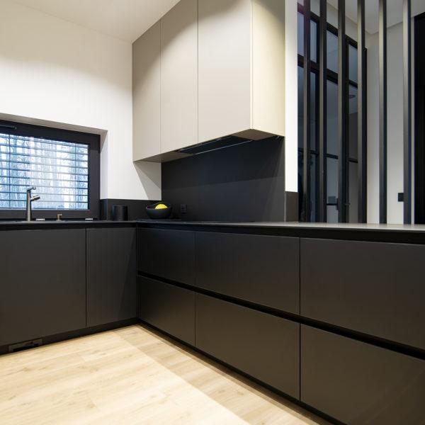 kuchnia w matowym wykończeniu - matowe fronty meblowe Velvet w kolorze piaskowym 7358 i w kolorze czarnym 7322