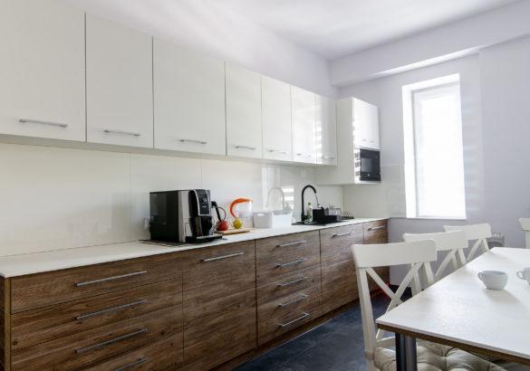 kuchnia w białym połysku wykonana z białych frontów meblowych Forner na wysoki połysk