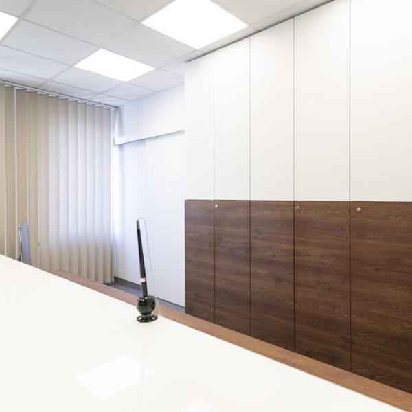 meble biurowe z płyty meblowej Forner - biały supermat SR i Cleaf Pembroke