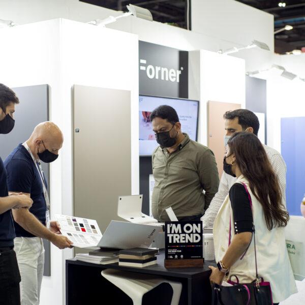 stoisko z matowymi i połyskowymi płytami meblowymi Forner na Index Dubai 2021