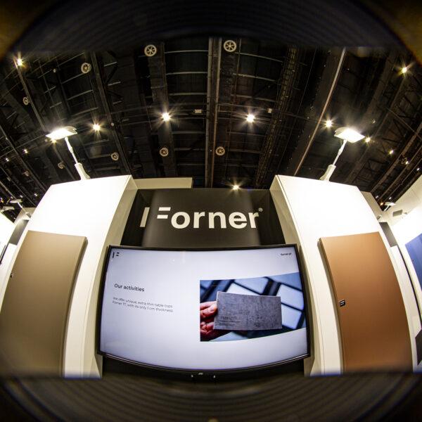 stoisko z połyskowymi i matowymi płytami meblowymi Forner na Index Dubai 2021