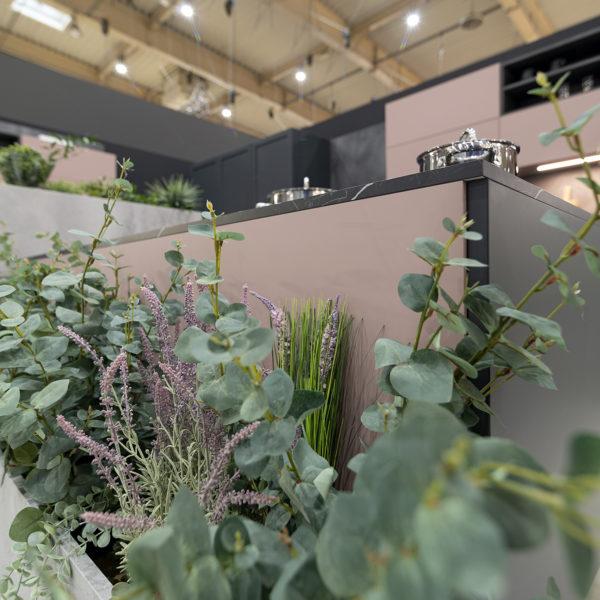 kuchnia z zielenią i pudrowym różem - fronty meblowe z płyty meblowej Forner ultramat Velvet 5987 Różowy