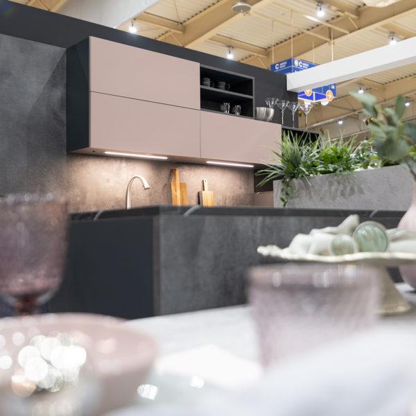kuchnia z różowymi akcentami - fronty meblowe z płyty meblowej Forner ultramat Velvet 5987 Różowy