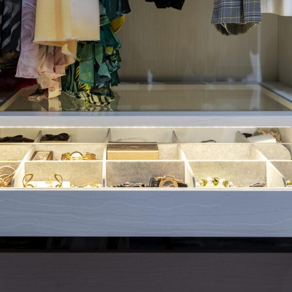Millennium B011 Bianco w garderobie