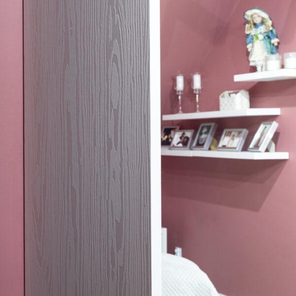wzór czerwonej sosny - płyty meblowa Millennium B011 Bianco w garderobie