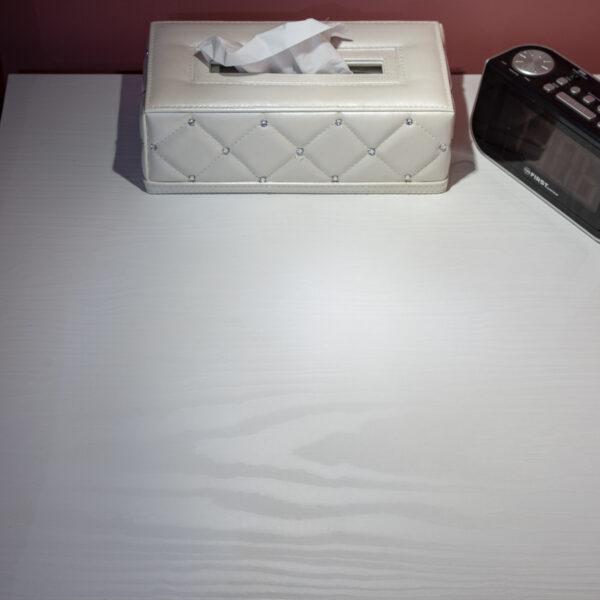 wzór czerwonej sosny - płyty meblowa Millennium B011 Bianco w sypialni