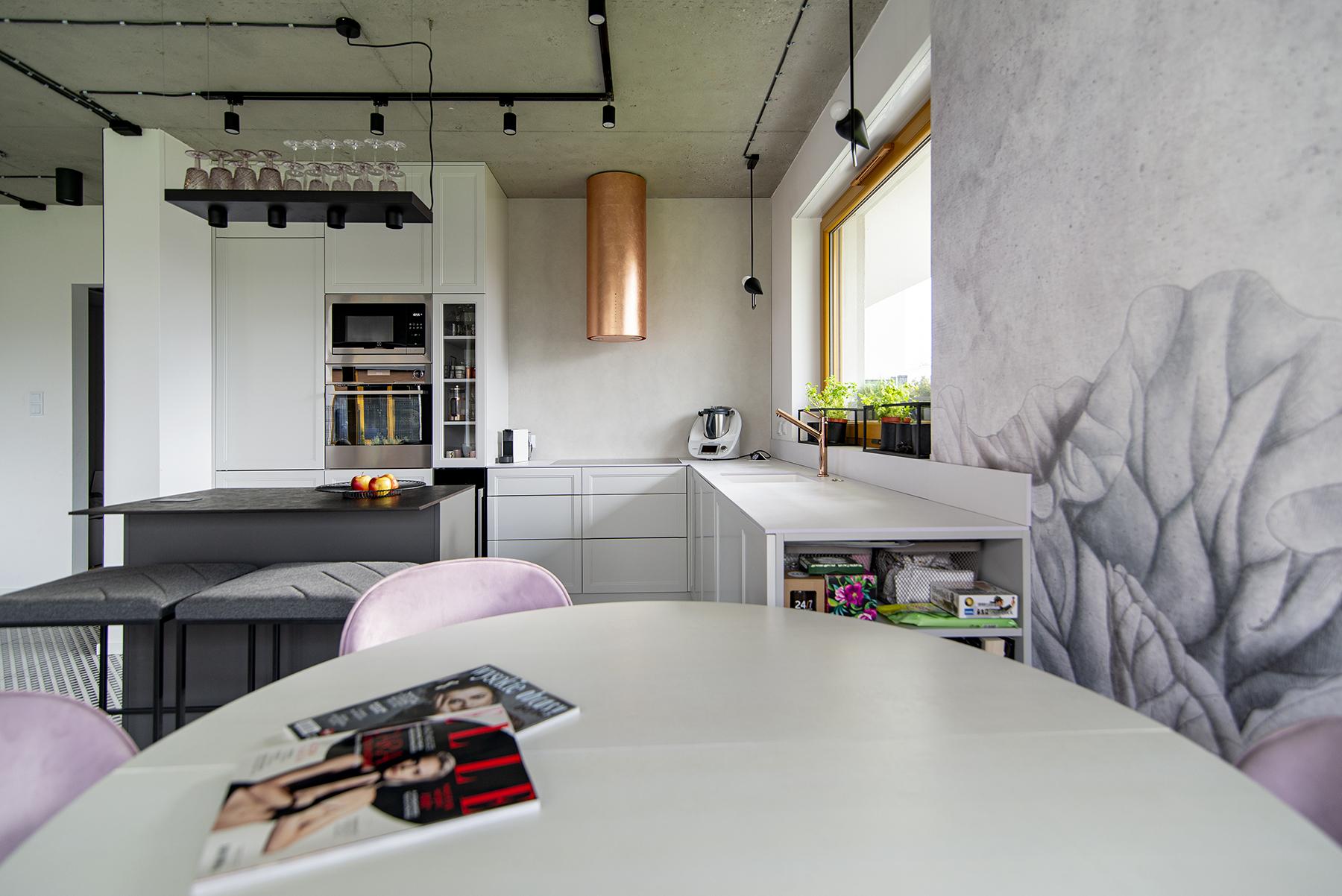 jasna kuchnia z płytami meblowymi Forner