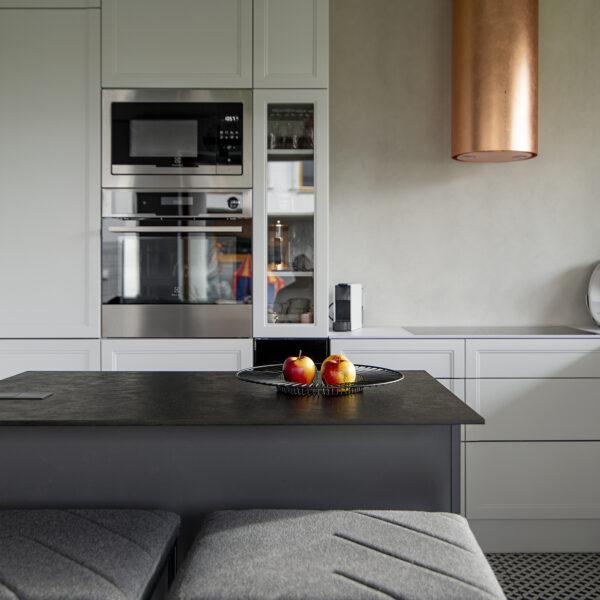 kuchnia z białym i czarnym cienkim blatem kompaktowym i płytą Forner Mosaico FB45
