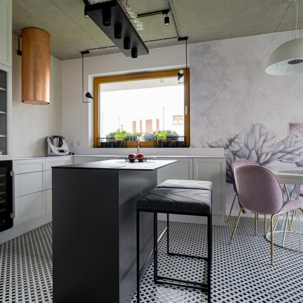 kuchnia z białym cienkim blatem kompaktowym i płytą Forner Mosaico FB45