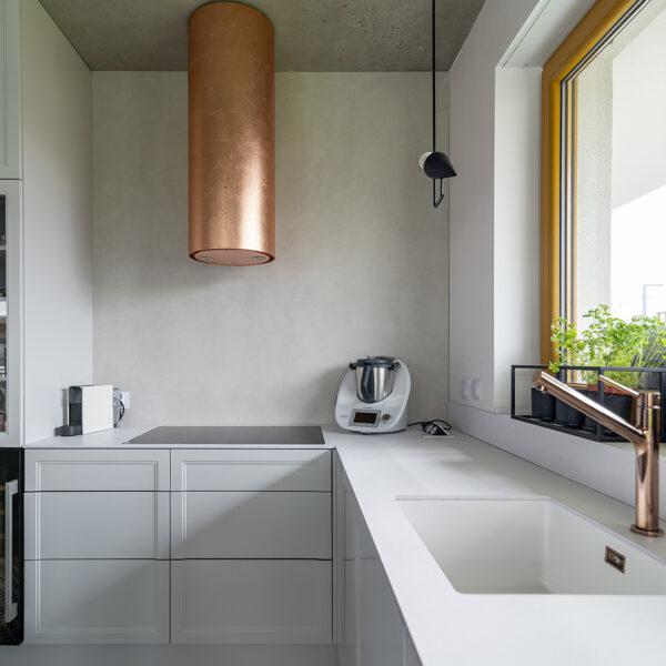 kuchnia z białym cienkim blatem kompaktowym Z108 i płytą Forner Mosaico FB45
